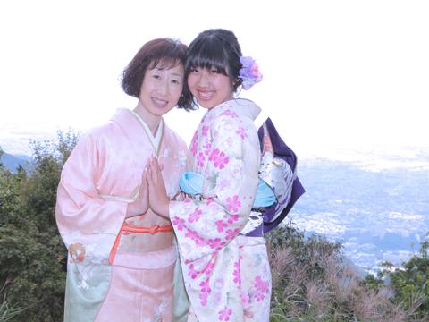 振袖姿の娘と着物姿の母
