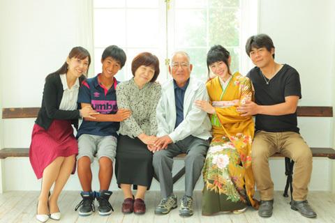 黄色の着物で家族写真