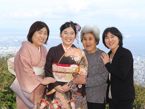 おばあちゃんと一緒に家族写真