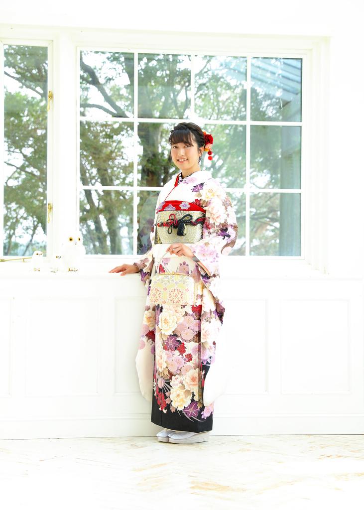 white_kimono_furisode.jpg